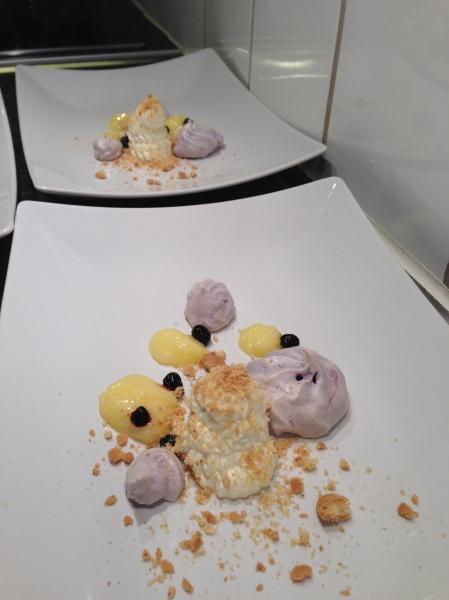 bild-blåbärsmaräng med lemoncurd