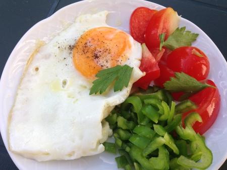 bild äggfrukost