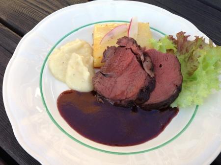 ren ytterlfile svartvinbärssky jordärtsskockepure och potatiskaka med västerbottenost