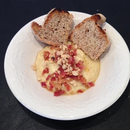 Ägg gröt med bacon hasselnötter och brynts smör