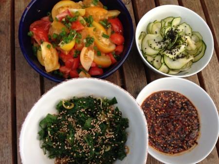 grönkål med sesamolja, sesamchili, zuchinit o tomat 2