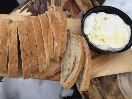 skink och mozarella fyllt bröd med yoghurt och olivolja