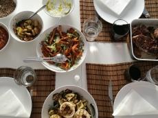 Grillmiddag med krossportatis och ugnsbakade grönsaker